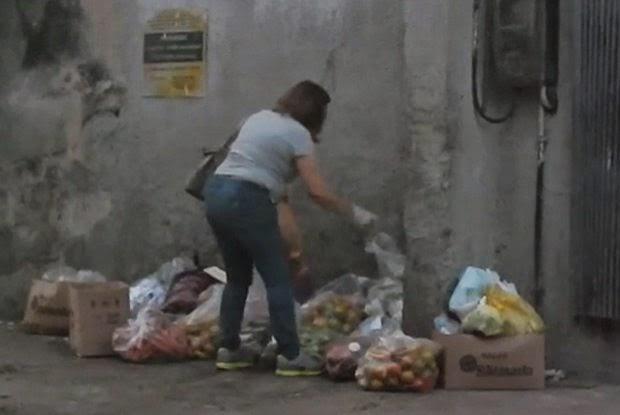 Mulher tira alimentos do lixo para servir seus clientes
