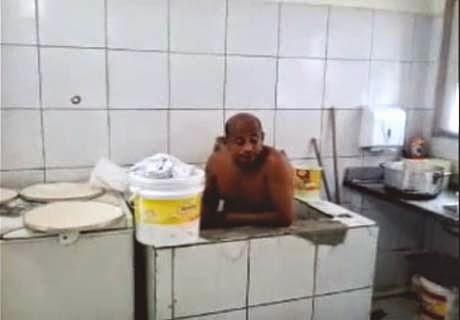 Homem Toma Banho em Pia de Restaurante